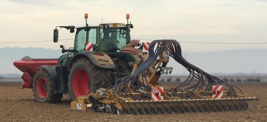 Trattore durante una lavorazione del terreno con semina