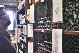 scaffale bottiglie vino