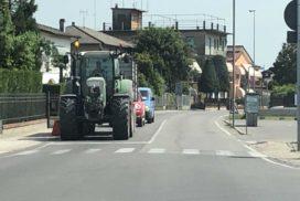 trattore su strada