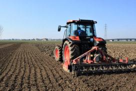 trattore lavorazione terreno